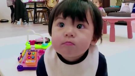 波妞饿了自谋生路,对着摄像小哥卖萌讨零食吃,贾静雯佩服她的智商。