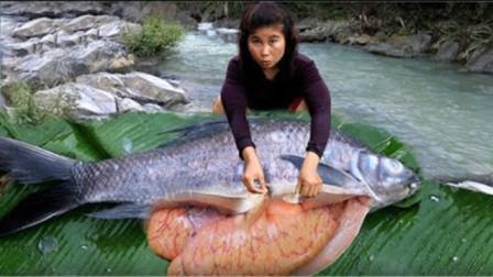 女子河边抓住条大鱼,立马做成美食,接下来流口水了