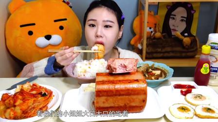 卡妹小姐姐吃大块午餐肉,搭配白米饭和泡菜,看着就很美味!