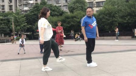 点击观看《一分钟学会曳步舞 黄港鬼步舞基础后蹬奔跑步教程》