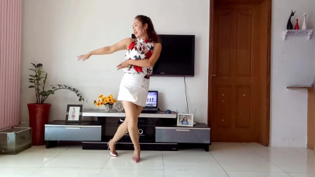 点击观看《京京学跳杨丽萍广场舞乌篷船 客厅里的大美女》