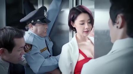 电梯故障美女从门缝里出来,却被卡住