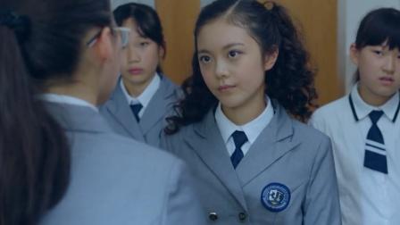 女孩在班上是大姐大,欺负新来的转校生,谁料转校生比她还嚣张