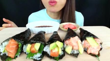 国外女吃货,吃三文鱼寿司卷,蘸点酱汁,发出咀嚼声,吃得真过瘾