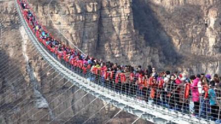 大量游客挤上玻璃桥,不料意外突然发生,镜头拍下事情全过程!