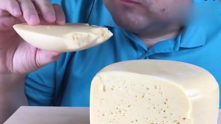 吃播:俄罗斯吃货大叔试吃俄式白奶酪片,酥酥脆脆满满的奶香味!