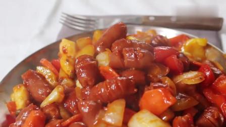 《韩国农村美食》韩国大妈做辣酱炒小香肠,放入大量的洋葱,非常好吃