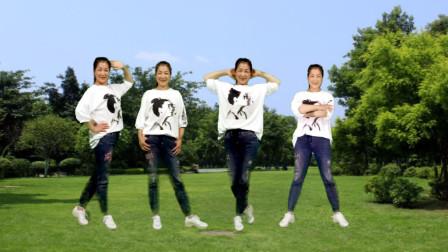 点击观看《简单32步健身广场舞《天蓬大元帅》时尚美丽大方!》