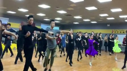 拉丁舞:男老师跳伦巴,这感觉也是贼拉拉的好!