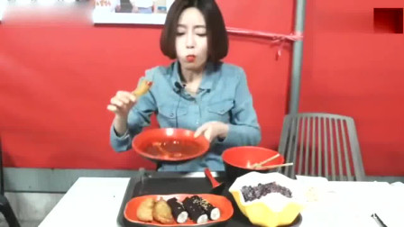 韩国大胃王欧尼美食吃播,录外景,吃辣炒年糕、紫菜卷,相当美味