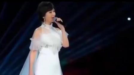 白娘子太美了,现场唯美献唱《青城山下白素贞》,台下一片尖叫声