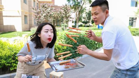 两二货抓阄吃烤肠,没想抓到的烤肠一个比一个奇葩,太逗了