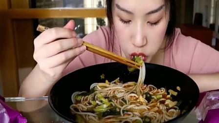美女小姐姐吃美味的螺蛳粉,大口大口的吃,吃的满嘴是油,好过瘾