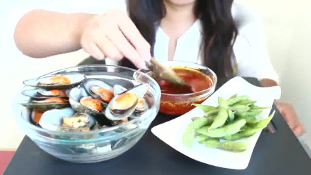 国外女吃货,吃青口贝,配上毛豆,蘸点酱汁,吃得真馋人