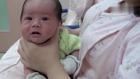 妈妈帮喝完奶的宝宝拍嗝,宝宝接下来的反应亮了,真也太可爱了