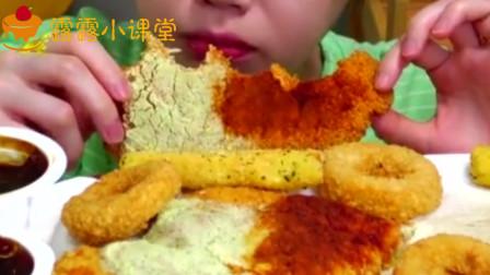 吃货姐姐吃大块炸鸡排,撒上芝士和辣椒酱,吃法太过瘾了!