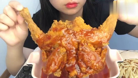 吃货小姐姐,一整只炸鸡吃的太满足了,酥酥脆脆的看着就有食欲!