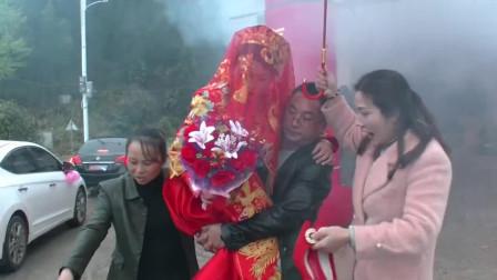 江西一打工妹突然回家办婚礼,刚上车就喂孩子,看着好心酸