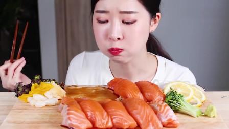 吃播:韩国美女吃货试吃新鲜三文鱼片,为啥吃播都钟爱三文鱼呢?