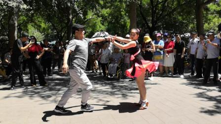 爸爸带女儿在公园里表演吉特巴,动作简单大方
