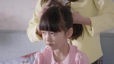 女儿不要虎妈帮她梳辫子,虎妈怒了:再不梳,就去理发店剪平头!