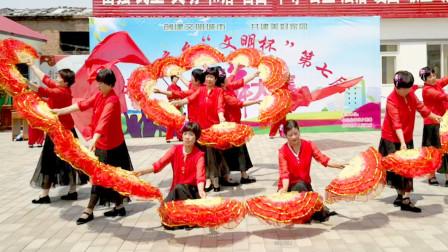 点击观看《好学农村扇子舞东方红 变队形比赛正能量舞蹈》