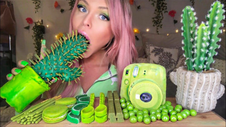 美女享用绿色美食,看起来很奇特,似乎将美好生活定格!