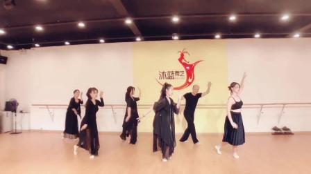 点击观看《古典舞不染视频 练习室小姐姐不一般》