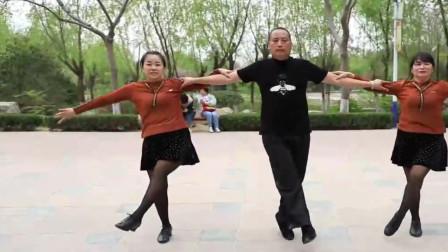 2女1男跳经典水兵舞《情歌赛过春江水》,舞步潇洒配合默契!