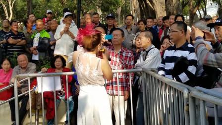 草根明星的代表作《公虾米》热情火辣,现场挤满了慕名而来的观众