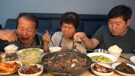 韩国农村一家三口,围着一桌美食,大吃特吃,满满的羡慕啊