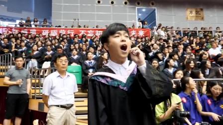 毕业生演唱林俊杰版《起风了》,高音瞬间点燃全场,这才是青春啊