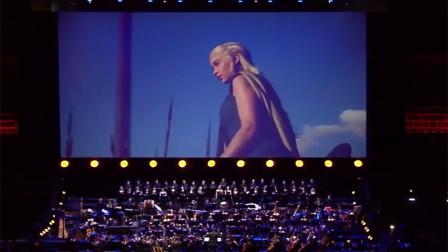 台下坐着的都是外国人,中国歌手一上台,上万人齐声大合唱