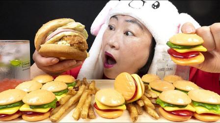 阿姨吃汉堡大餐,搭配冰爽的爆爆珠饮料,真是超流行美食!