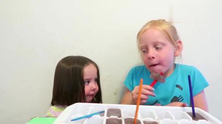 吃货小萝莉,俩萌娃吃冰棍,一口下去表情亮了!