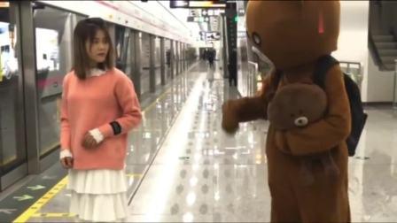 """调皮的网红熊,居然想去""""掀""""小姐姐的裙子,你真的不怕被打了吗"""