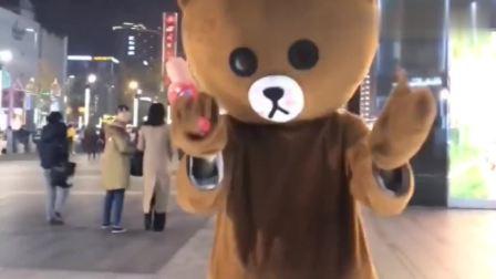 """1只走向""""人生巅峰""""的网红熊,左拥右抱,还""""偷亲""""一口小姐姐"""