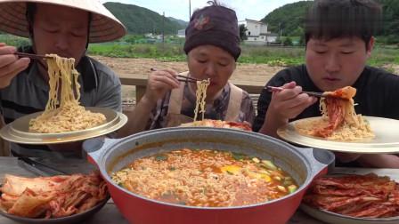 《韩国农村美食》村里人吃午饭,泡面配上辣白菜,吃面就是要吸溜声才过瘾