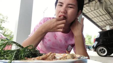 吃播:泰国农村美女吃货试吃鸡爪拌粉丝,配点茴香直接用手抓着吃!