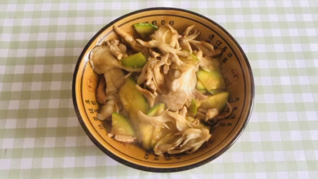 北方特殊美食小瓜炒花蘑,方法简单易学,在家也能轻松做!
