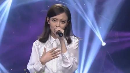 汪小敏现场演唱《笑看风云》,中途微微一笑,真的太迷人了!