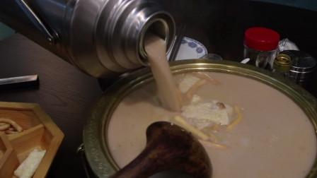 """大草原美食秀:端上桌现煮的奶茶,蒙古特色美味""""锅茶"""",喝了就忘不掉"""