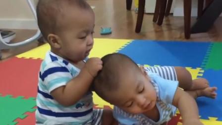 双胞胎宝宝打架,妈妈在一旁看热闹,真是亲生的呀