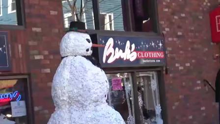 国外街头恶作剧,伪装成圣诞节的雪人,对路人恶作剧
