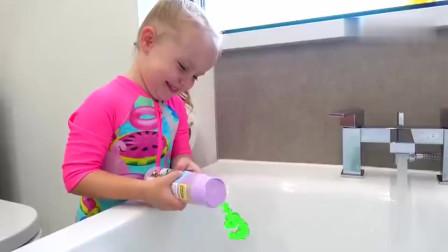 小可爱萌娃们一起洗澡,旁边青蛙吐出的泡泡,令她们很开心