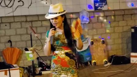 街头艺人小红激情演唱《拥抱你离去》,身体摇摆红包拿到手软