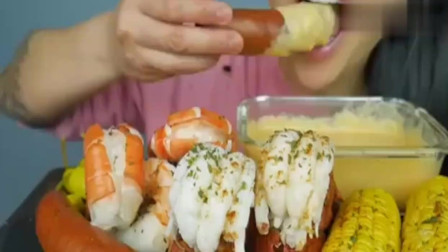 吃货小姐姐,吃龙虾、玉米、肉肠,蘸着芝士酱一口咬下去,吃得好幸福!