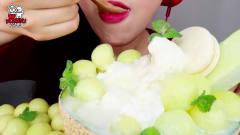 吃播:韩国美女吃货试吃哈密瓜味奶酪刨冰,夏天吃这个超解暑!