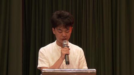 考入一本名校的贾奥洋同学向武汉情智学校高一新生致欢迎词