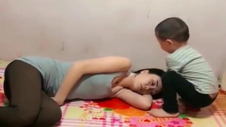 妈妈睡觉,可是这小家伙也太不老实了,网友-日后能成大器!